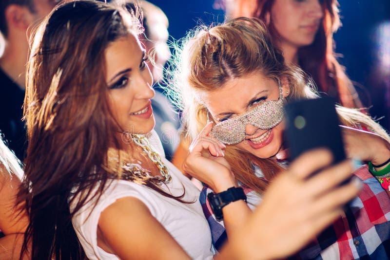 Parteileute, die selfie nehmen stockfotografie