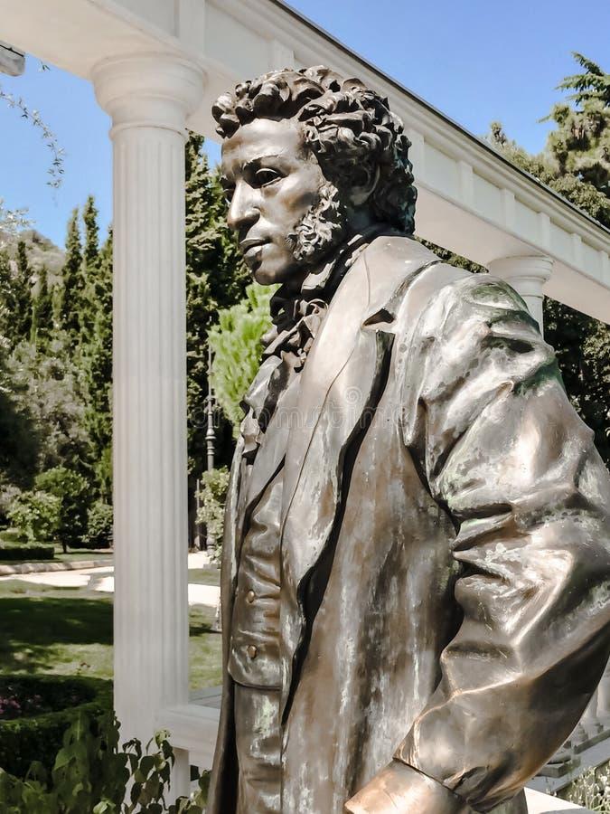 PARTENIT,克里米亚- 2019年6月25日:对亚历山大谢尔盖耶维奇在阳光下普希金的纪念碑,最了不起的俄国诗人在艾瓦佐夫斯基公园 库存照片