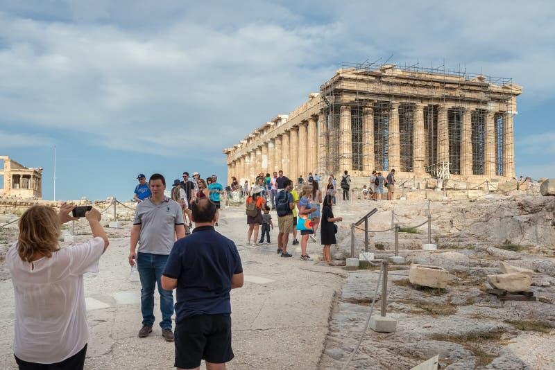 Partenon de visita do turista, ruína da acrópole em Atenas fotografia de stock