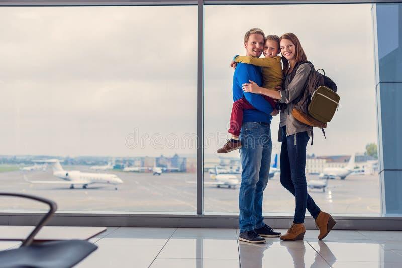 Partenza aspettante della famiglia all'aeroporto fotografia stock