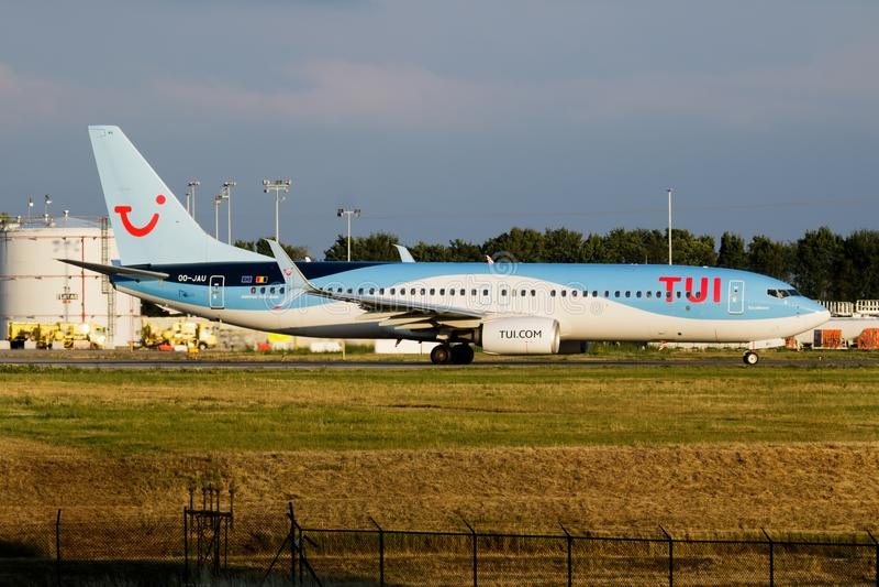 Partenza dell'aereo passeggeri di TUI Airlines Belgium Boeing 737-800 OO-JAU all'aeroporto di Liegi fotografia stock