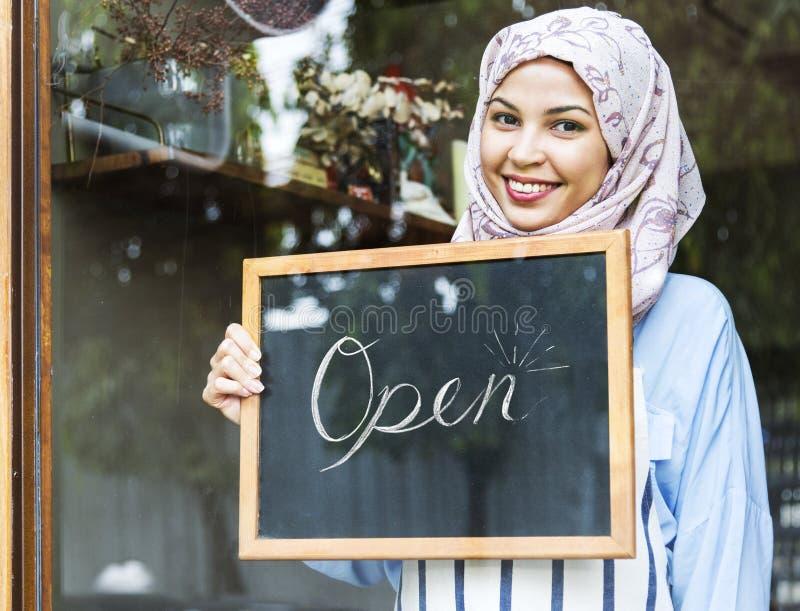 Partenza di affari della caffetteria di apertura del hijab della donna della mussola immagini stock