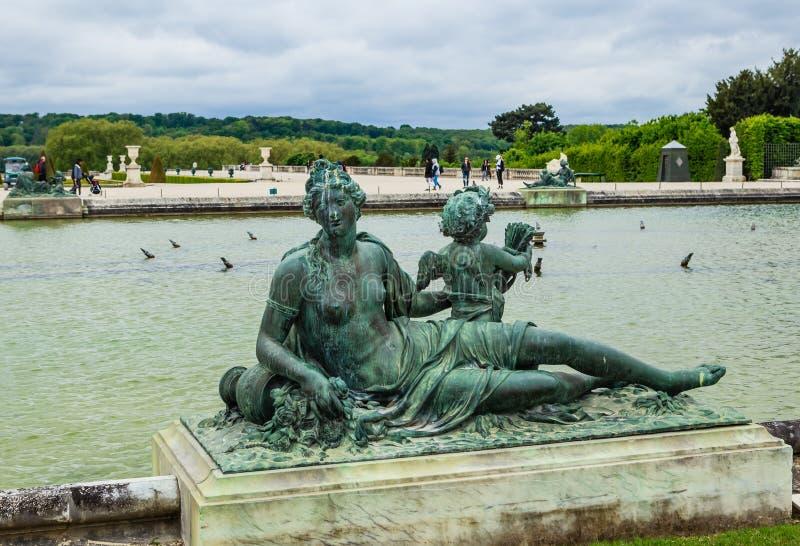 Parterres dell'acqua degli stagni e statue davanti al fotografie stock