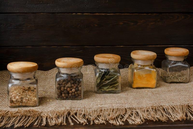 6 partes ajustadas das especiarias de vidro do frasco foto de stock