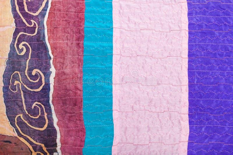 Partes costuradas de telas de seda e de batik apertados imagens de stock royalty free