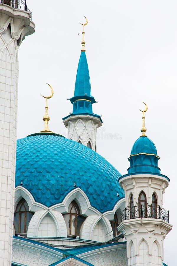 Partes da mesquita com minaretes, abóbadas e um crescente dourado foto de stock royalty free