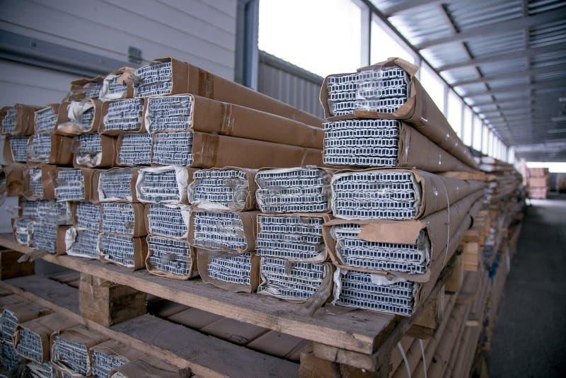 Partes de aluminio galvanizadas llenas en el almacén fotografía de archivo