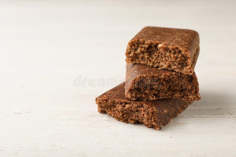 Partes de barra saboroso da proteína na tabela branca imagem de stock