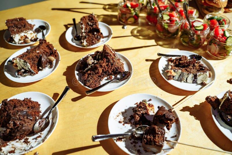 Partes de bolo de chocolate em placas catering fotos de stock royalty free