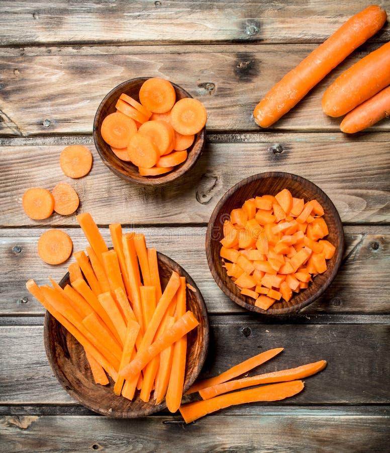 Partes de cenouras frescas em uma bacia fotografia de stock royalty free