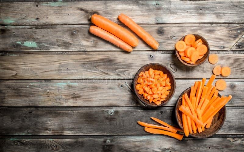 Partes de cenouras frescas em uma bacia imagem de stock royalty free