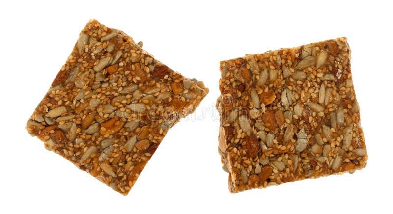 Partes de doces da trituração da porca do mel em um fundo branco fotos de stock royalty free
