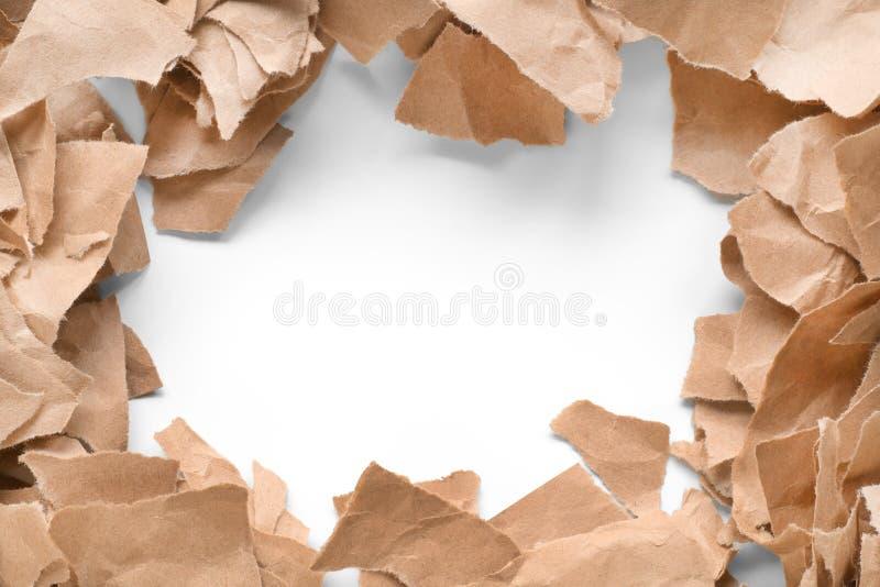Partes de encontro de papel rasgado marrom do ofício como um quadro fotos de stock