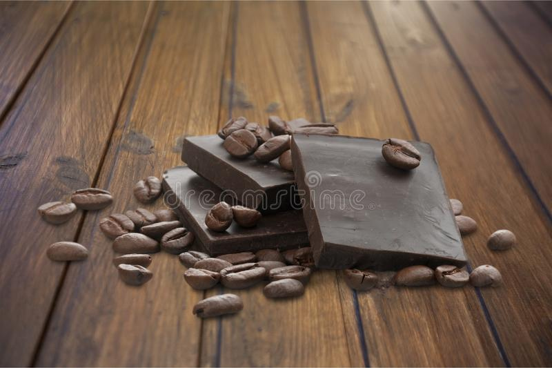 Partes de feijões deliciosos do chocolate e de café fotografia de stock royalty free