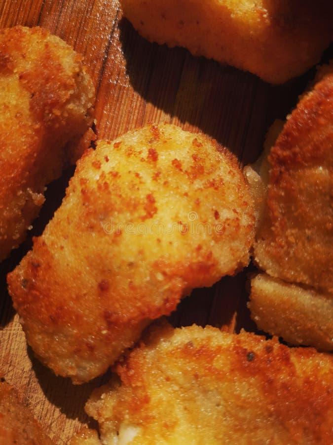 Partes de fim da galinha panada fritada ou dos peixes acima imagem de stock royalty free