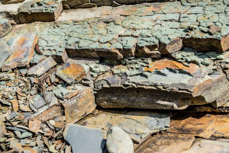 Partes de forma??es de rocha mergulhadas Textura natural imagem de stock