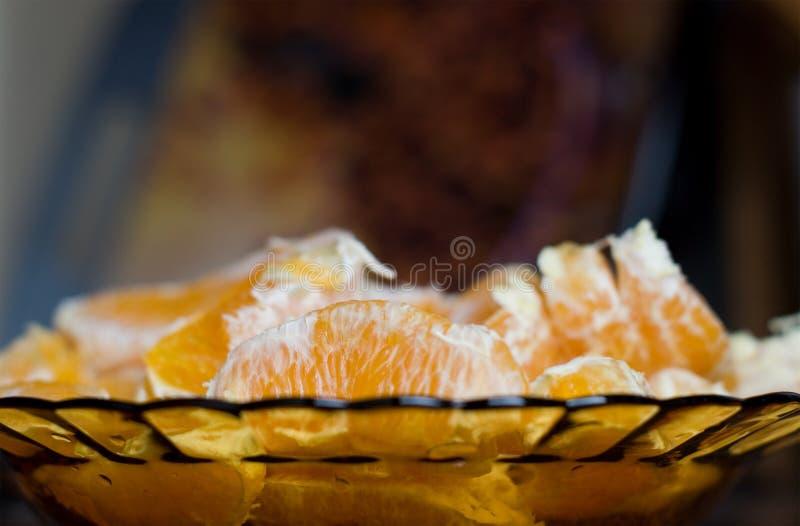 Partes de laranja em uma placa foto de stock royalty free