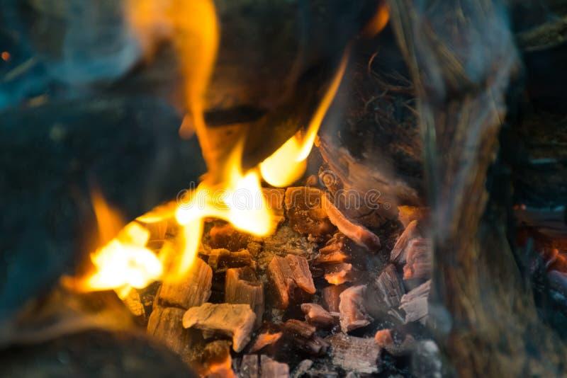 Partes de madeira que queimam-se dentro de um fogão indiano tradicional fotos de stock