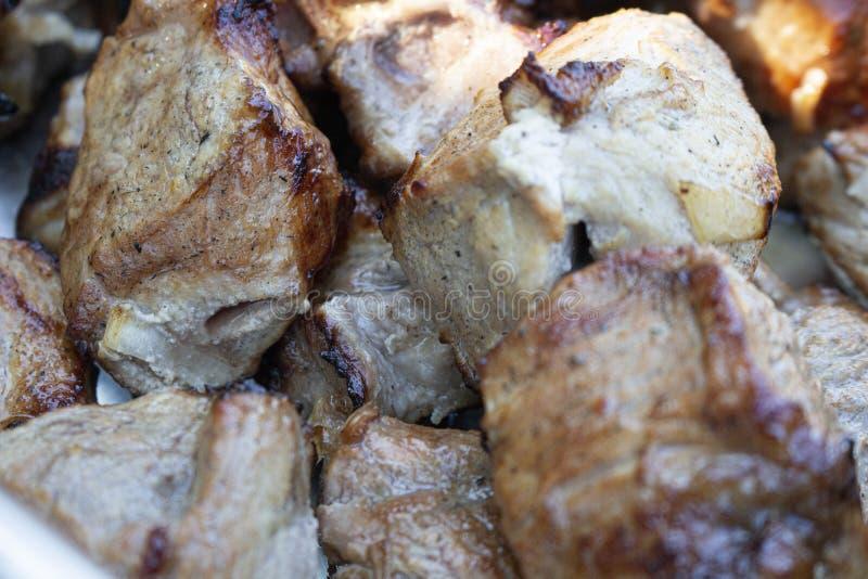 Partes de mentira fritada da carne em um close-up da placa fotografia de stock royalty free