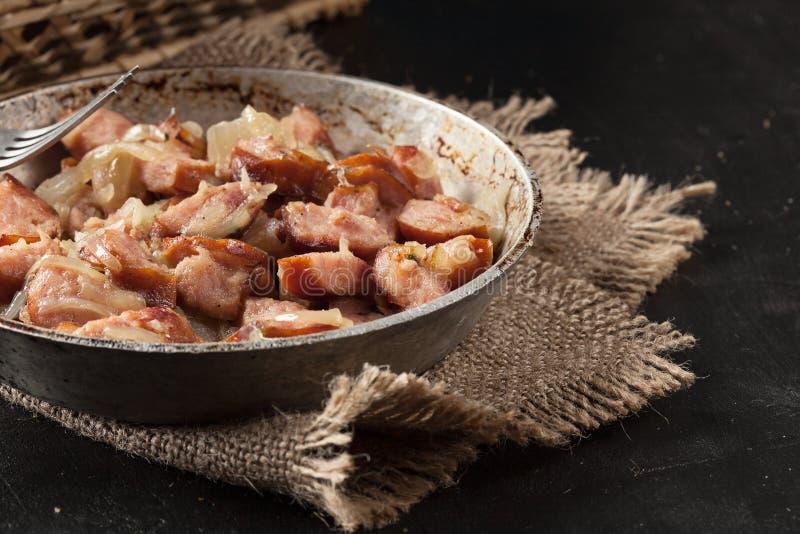 Download Partes De Salsicha Fritadas Com Cebolas Imagem de Stock - Imagem de bandeja, preto: 65575105