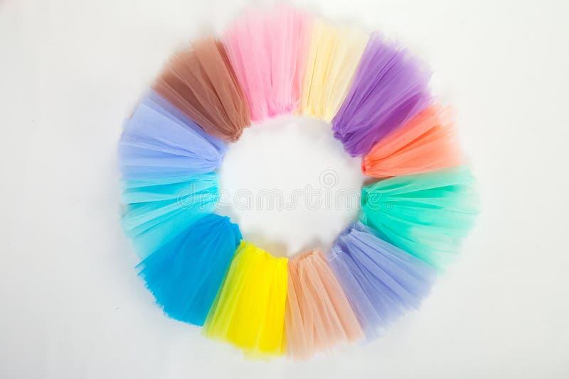 Partes de tela ondulada colorida do tule, dobradas em um anel Vista de acima fotos de stock royalty free