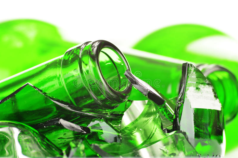 Partes de vidro quebrado sobre o fundo branco recycling foto de stock royalty free