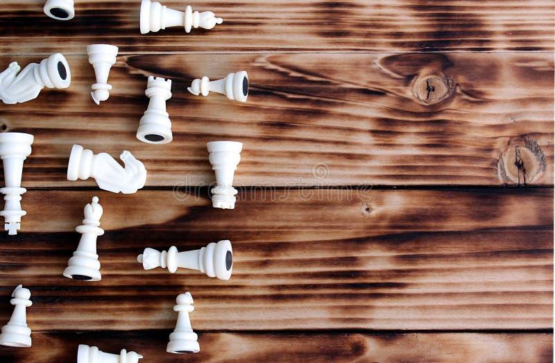 Partes de xadrez brancas dispersadas na tabela fotos de stock royalty free