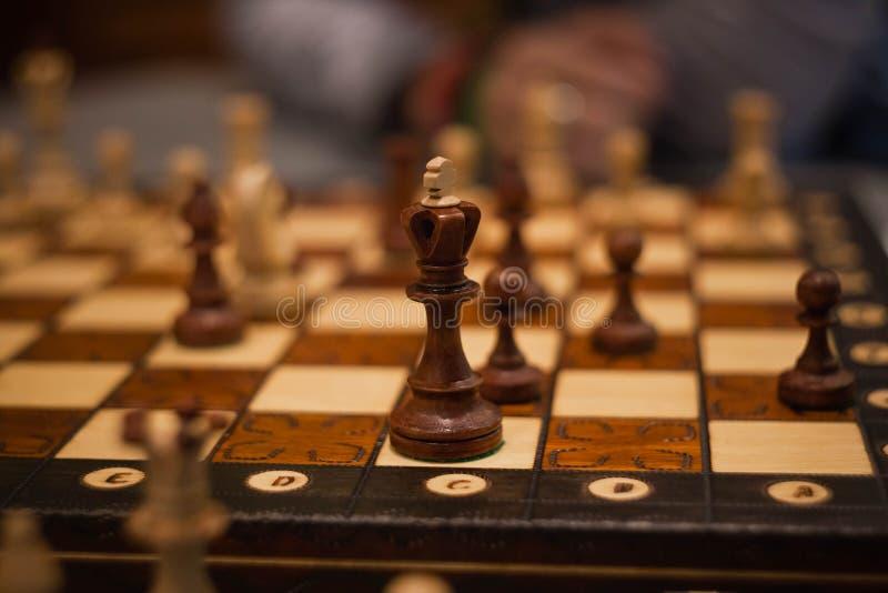 Partes de xadrez de madeira a bordo do jogo Fundo do vintage de Brown foto de stock royalty free