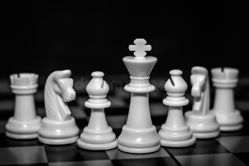Partes de xadrez em um tabuleiro de xadrez fotos de stock