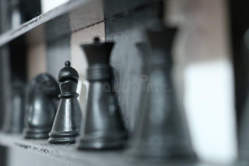 Partes de xadrez em uma placa imagem de stock
