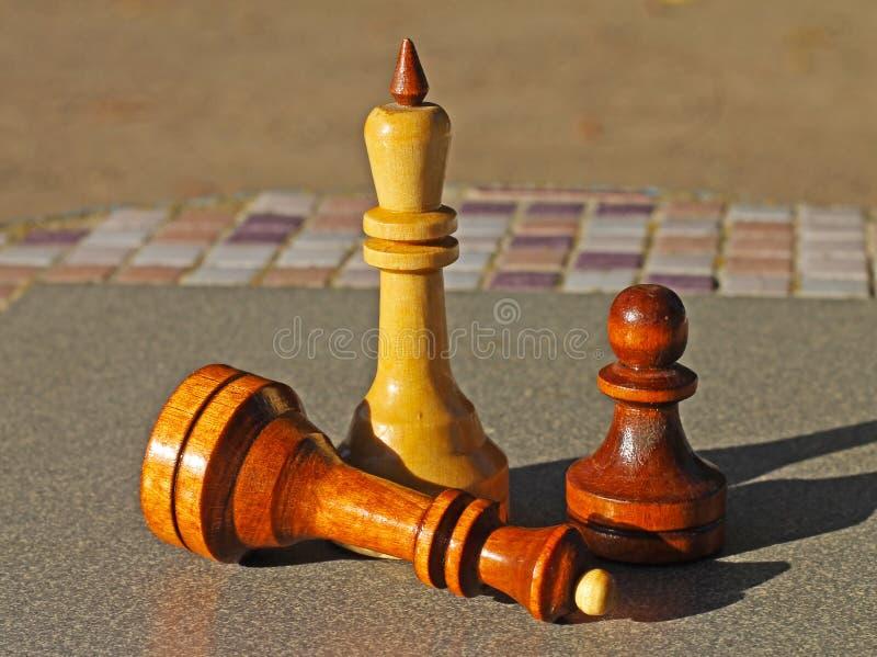 Partes de xadrez na tabela fotografia de stock royalty free
