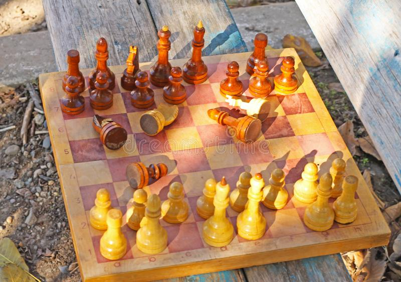 Partes de xadrez na tabela imagens de stock