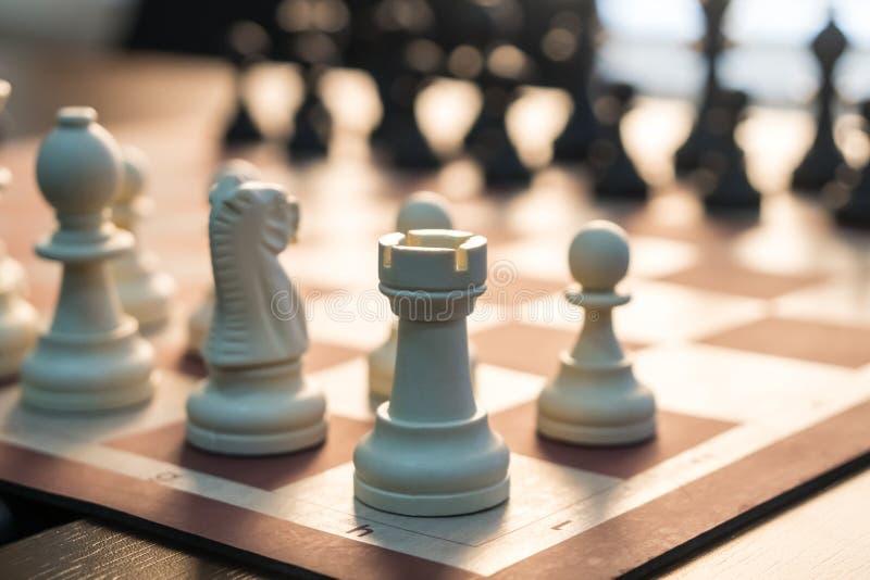 Partes de xadrez na tabela antes do competiam imagem de stock royalty free