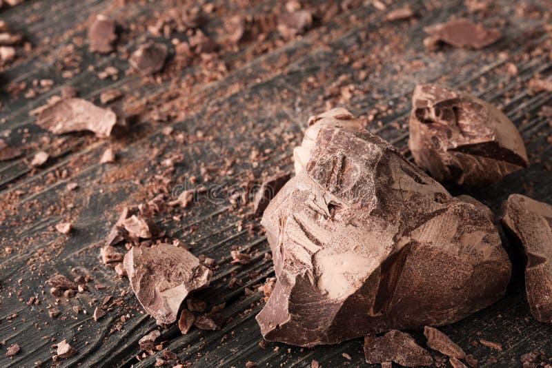 Partes do chocolate em um backround escuro fotografia de stock royalty free