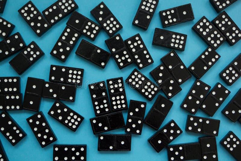 Partes do dominó no fundo azul imagens de stock