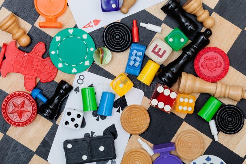 Partes do jogo em uma placa de xadrez fotografia de stock