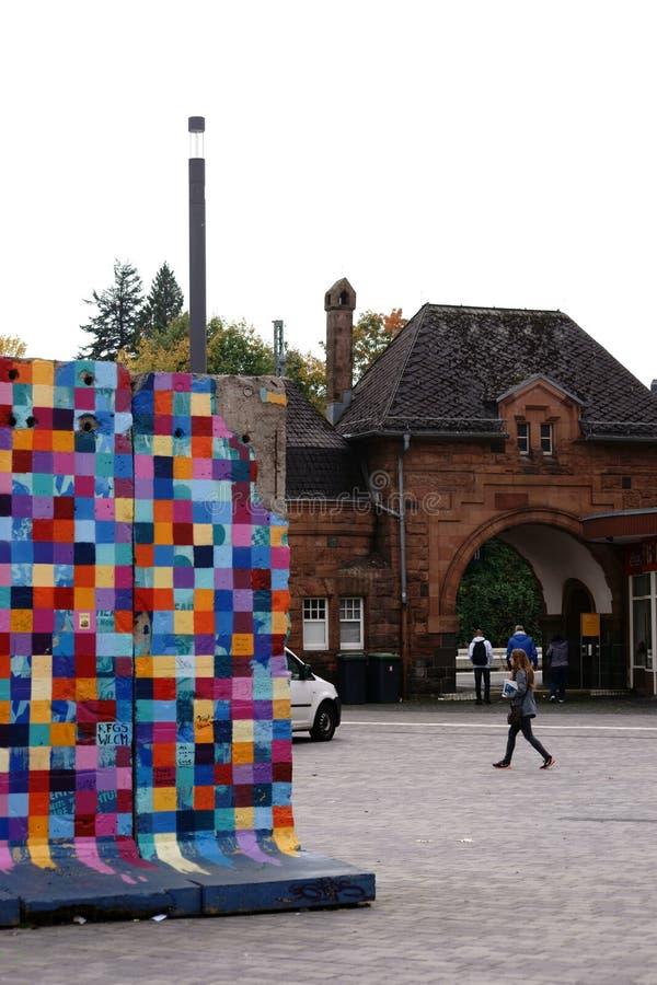 Partes do muro de Berlim na estação principal de Giessen imagens de stock