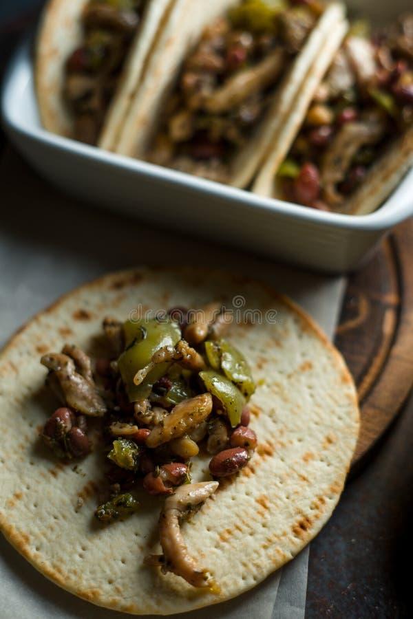 Partes enchidas da tortilha de galinha e de pimenta Opinião lateral do prato mexicano fotografia de stock royalty free