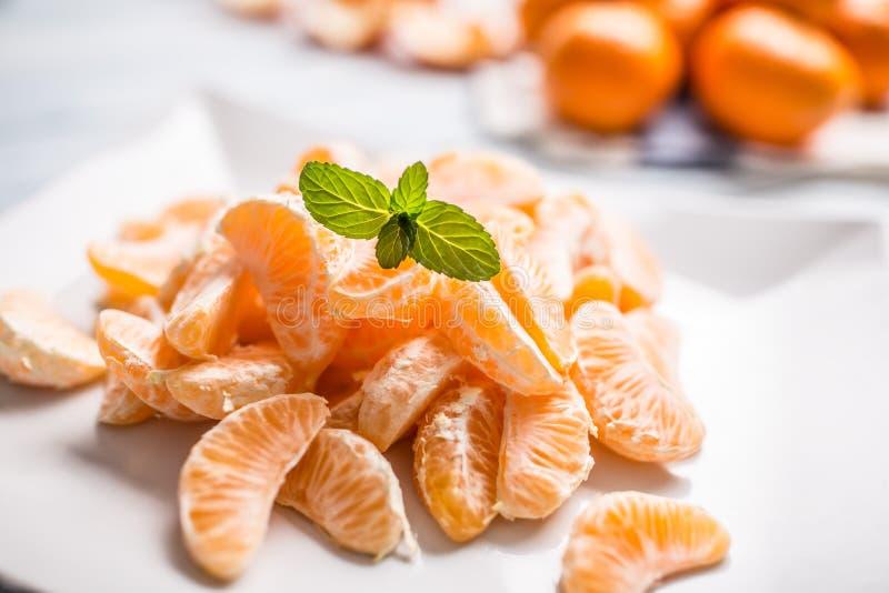 Partes frescas do mandarino das tangerinas na placa ou em uma bacia fotografia de stock royalty free