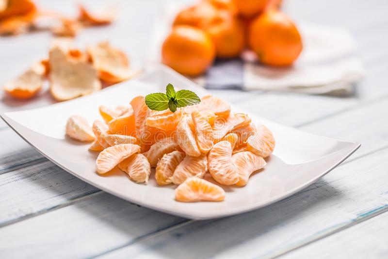 Partes frescas do mandarino das tangerinas na placa ou em uma bacia imagens de stock