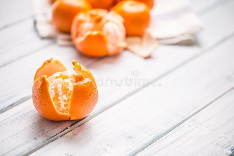 Partes frescas do mandarino das tangerinas na tabela de madeira fotos de stock royalty free