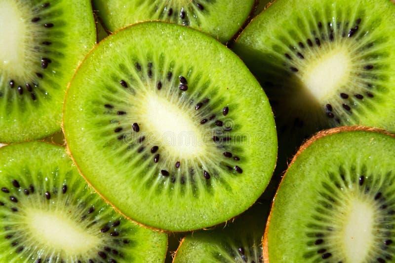 Partes frescas verdes cortadas que encontram-se na tabela, vista colocada lisa do fruto de quivi, dieta saudável fotos de stock