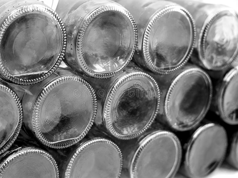 Partes inferiores de botellas de cristal vacías imagenes de archivo
