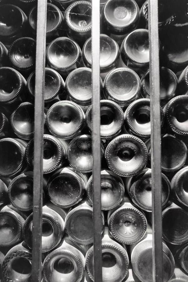 Partes inferiores empoeiradas da garrafa fotos de stock royalty free