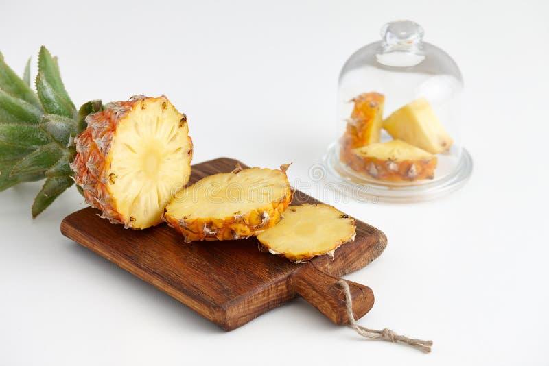 Partes maduras do abacaxi em uma tabela branca imagem de stock royalty free