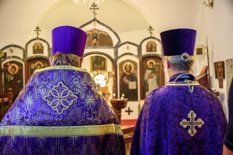 Partes posteriores de dos sacerdotes que celebran el banquete de la ortodoxia el primer domingo de grande prestadas imagen de archivo