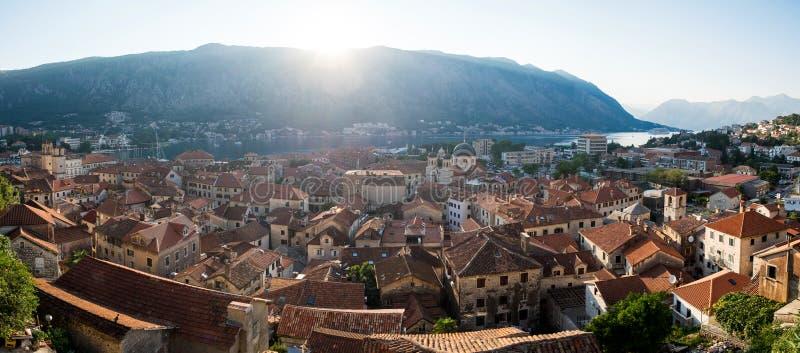 Partes superiores do telhado da cidade velha Kotor fotos de stock