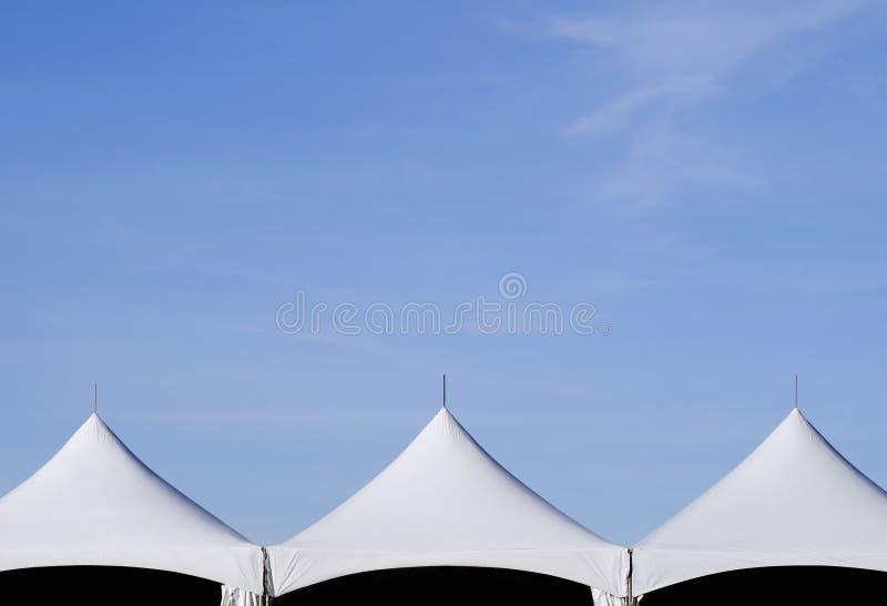 Partes superiores e céu da barraca imagem de stock royalty free