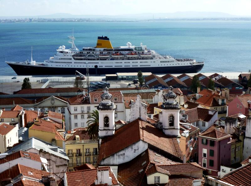 Partes superiores e navio de cruzeiros do telhado de Lisboa pelo Tagus River imagem de stock