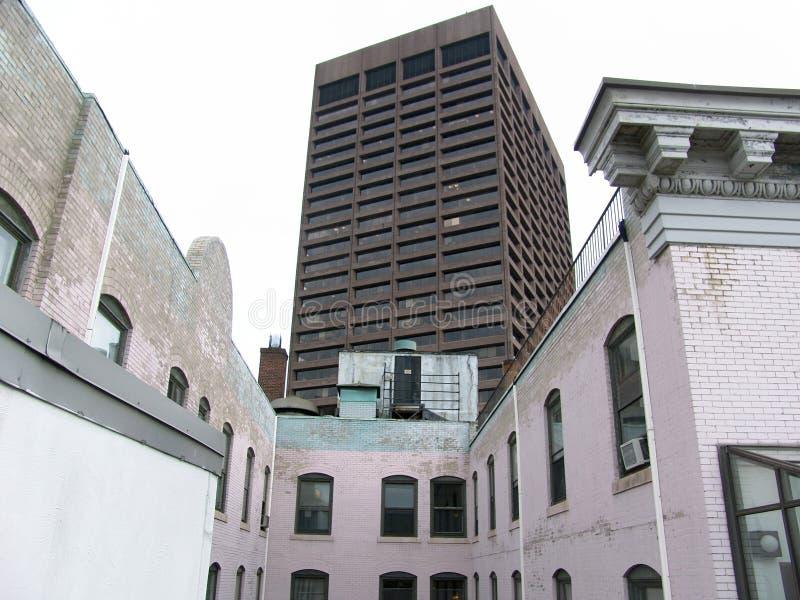 Partes superiores e prédio de escritórios do telhado em Boston foto de stock